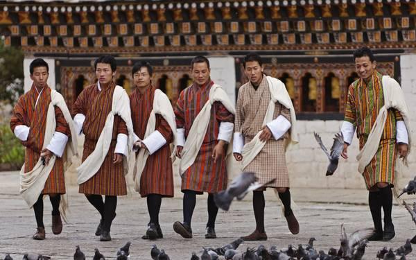 Ở Bhutan, nam giới bắt buộc phải mặc trang phục truyền thống Gho trong sinh hoạt hằng ngày.