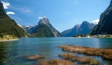 """New Zealand - phim """"The Hobbit: The Battle of the Five Armies"""": Không có gì ngạc nhiên khi đạo diễn kiêm sản xuất phim Peter Jackson chọn bối cảnh phim ở ngay trên quê hương ông. Khí hậu, khung cảnh thiên nhiên xanh mướt cùng những ngọn núi điệp trùng ở đây hoàn toàn khớp với trí tưởng tượng phong phú của nhà văn Tolkien trong tập phim """"Trận chiến 5 cánh quân""""."""