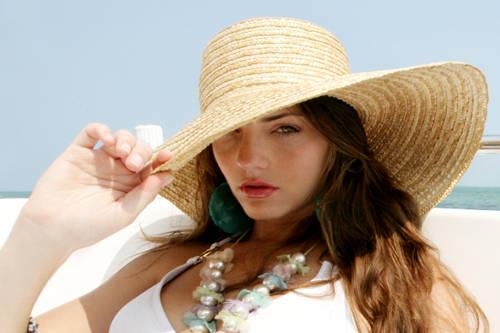 Chọn các sản phẩm chứa SPF để bảo vệ làn da dưới nắng.