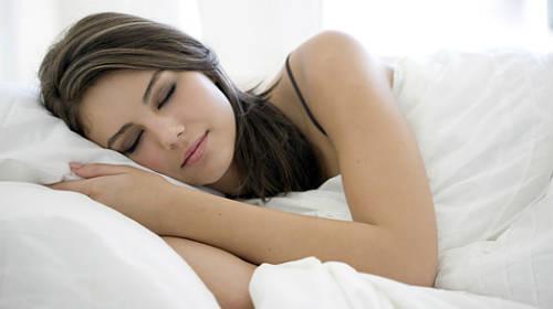 Cố gắng ngủ đủ giấc để giữ làn da tươi tắn.
