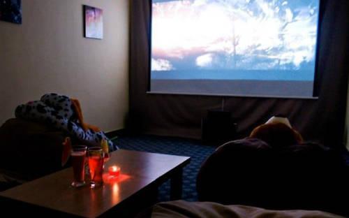 Giá mỗi giờ xem phim cho hai người là 65 nghìn đồng, cộng thêm mỗi 10 nghìn đồng từ người thứ 3 trở lên.