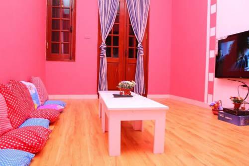 Các phòng được thiết kế ấn tượng, rộng rãi, thoáng mát, rất trẻ trung và cá tính, có sức chứa từ 2 đến 20 người.