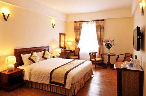 Khách sạn có 91 phòng với thiết kế theo kiến trúc Châu Âu được hòa hợp với lối trang trí hiện đại theo tiêu chuẩn Quốc tế 3 sao
