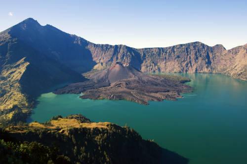 Rinjani là ngọn núi lửa cao thứ hai ở Indonesia, nằm tại trung tâm đảo Lombok và ở độ cao 3.726m so với mực nước biển.