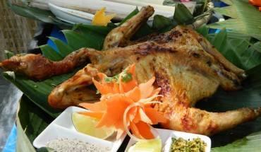 Để có những con gà nướng ngon, hợp lòng du khách, người dân Bản Đôn phải rất công phu nuôi chọn gà và có cách làm món riêng. Ảnh: VnExpress