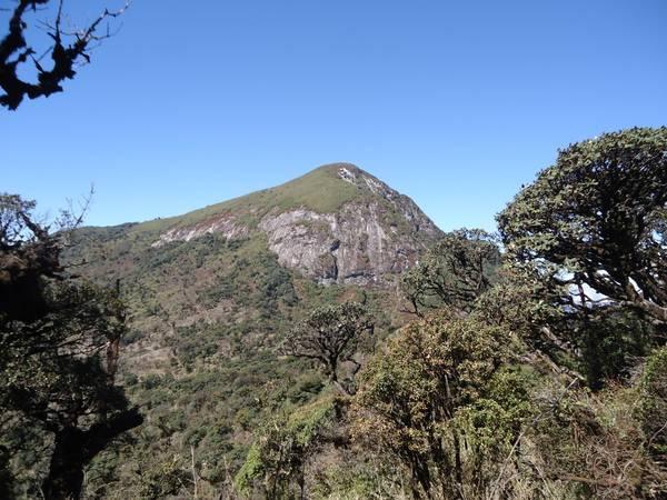Đỉnh Bạch Mộc nhìn từ núi Muối phía bên Lào Cai.