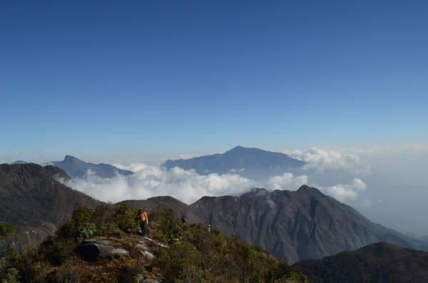 Một loạt những đỉnh núi cao nhìn từ Bạch Mộc Lương Tử .