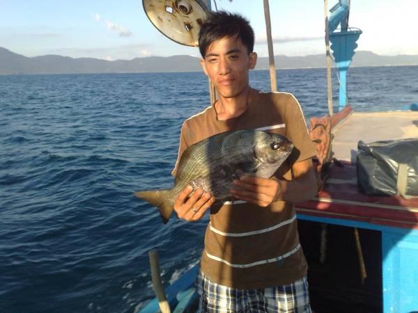 Ngư dân với con cá tà ma vừa đánh được.