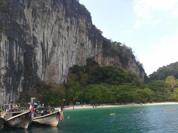 Những vỉa đá vôi kích thích những tay leo núi, còn mặt nước xanh màu ngọc bích thích hợp cho hành khách bơi lội và lặn biển.