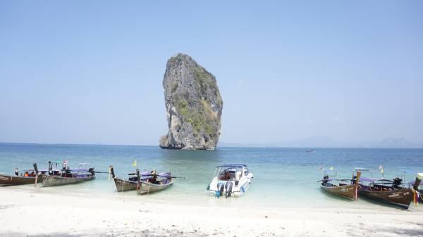 Phương tiện chủ yếu tham quan đảo là thuyền mũi vuông và ca nô