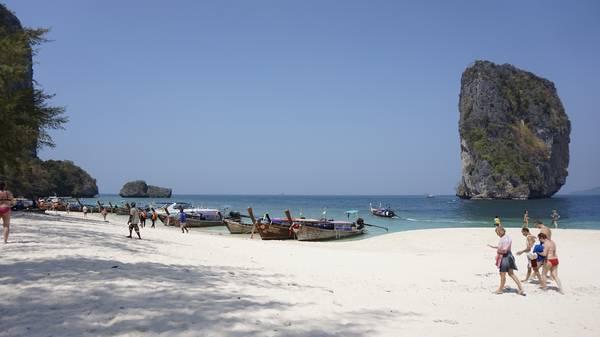 Rất đông du khách, chủ yếu từ phương Tây tới tham quan Krabi.