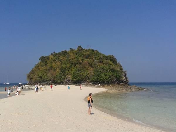 Biển khu vực này rất thú vị, có một bờ cát chia đôi biển thành 2 phần...