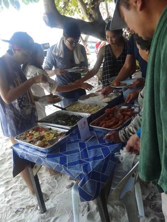Buffet giá khoảng 300 baht mỗi người trên đảo