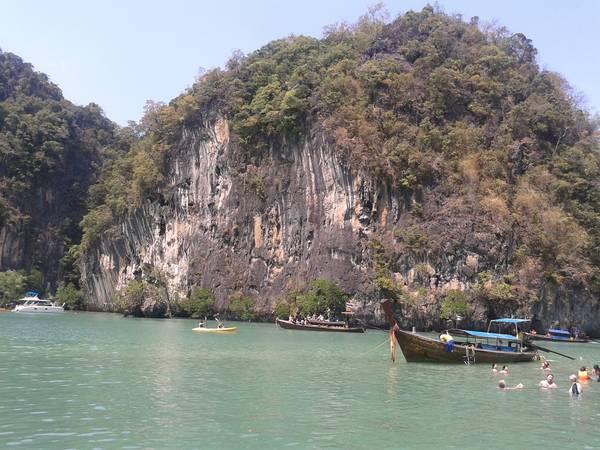Chèo thuyền kayak và bơi lội là hoạt động hay thấy.