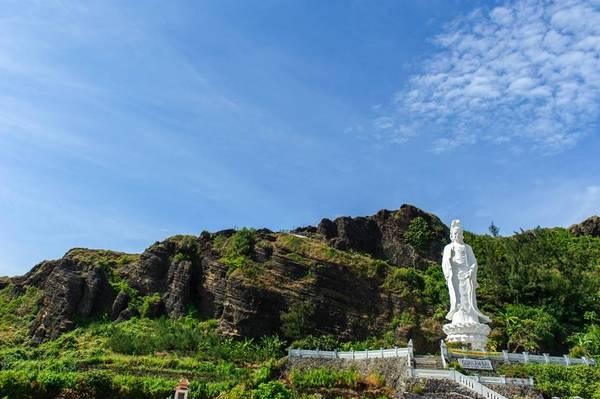 Du khách phải vượt qua hơn 100 bậc thang men theo sườn núi để đến được Chùa Đục.