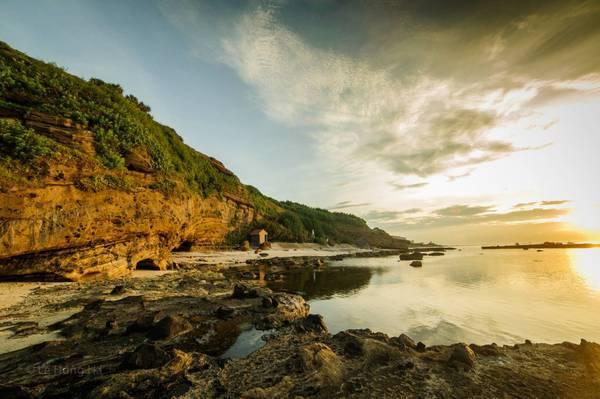 Bãi biển trước chùa Hang.