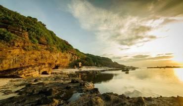 Bãi biển trước chùa Hang. Ảnh: Lê Hồng Hà