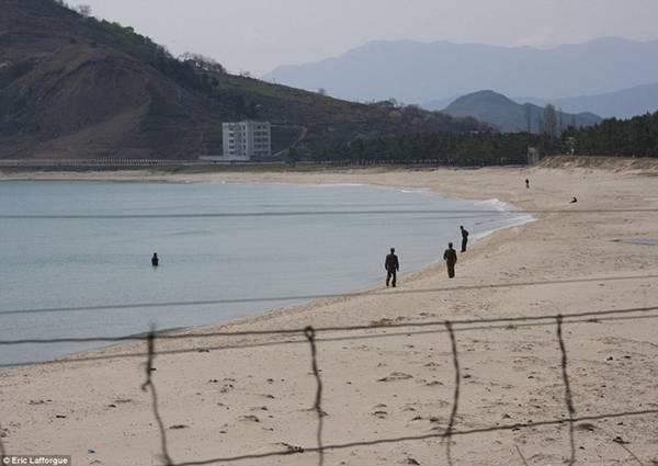 Những người lính đi dọc bãi biển ở hạt Myongchon, gần tỉnh North Hamgyong.