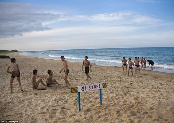 Những đứa trẻ chơi đùa trên một bãi biển ở vùng Chilbo, biên giới phía đông bắc với Trung Quốc