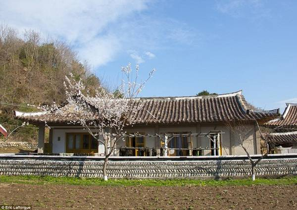 Ngôi làng cho phép khách ở dạng homestay, tức là ở nhà dân.