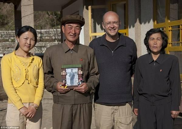 Nhiếp ảnh gia người Pháp, Eric Lafforgue, chụp cùng gia đình nơi ông ở homestay tại làng Jung Pyong Ri