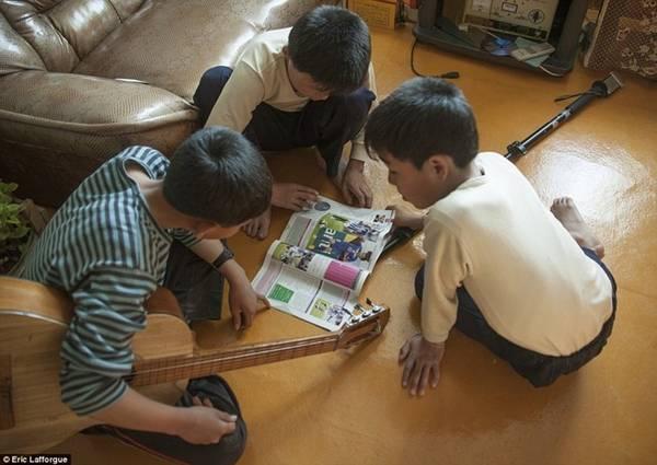 Lafforgue đem một quyển tạp chí bóng đá Pháp làm quà cho mấy đứa trẻ.