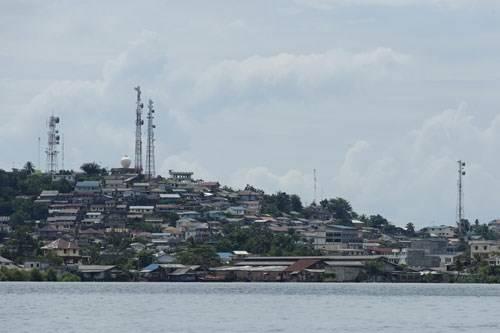 Xóm làng trên đảo mấp mé bên bờ nước. Ảnh: thanhnien