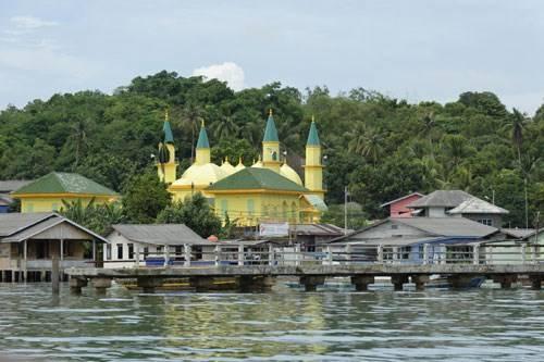 Trưa đứng bóng, tiếng cầu kinh từ ngôi đền Hồi giáo vang vọng thinh không, len đến mọi ngõ ngách trên đảo.