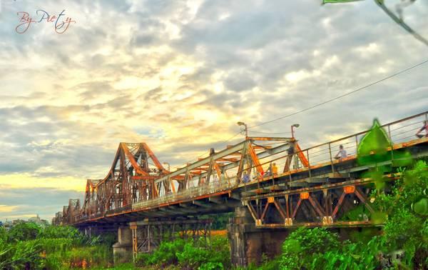 Cầu Long Biên là điểm đến yêu thích của nhiều bạn trẻ.