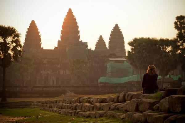 Du khách đang nhìn ngắm bình minh ở Angkor Wat.