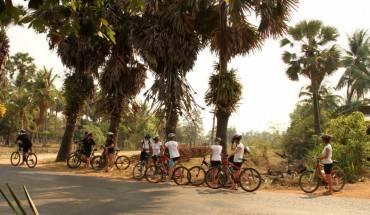 Khám phá Angkor trên những chiếc xe đạp là một trải nghiệm vô cùng thú vị. Ảnh: buffalotours.com