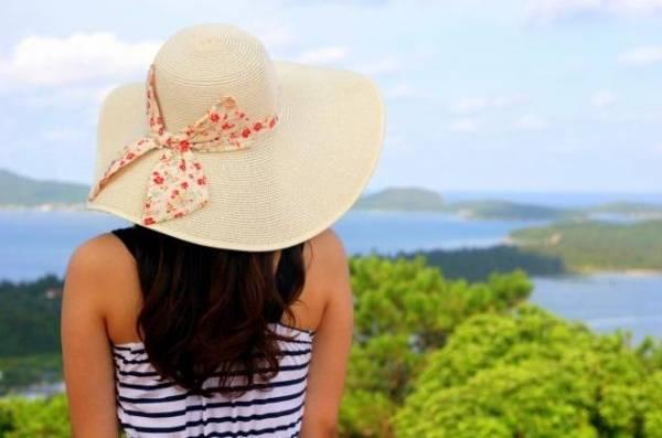Trên đỉnh ngọn Hải đăng bạn có thể phóng tầm mắt ra xa ngắm nhìn vẻ đảo bao la của đảo ngọc Cô Tô. Ảnh: Pystravel