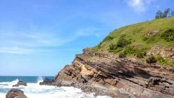 Kiến tạo đặc biệt của đá và nước tạo lên cảnh quan đặc biệt của Bãi đá Cầu Mỵ. Ảnh: Thongtindulichcoto