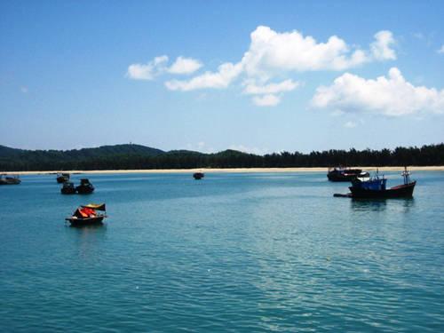 Bãi tắm Bác Hồ nằm gần khu dân cư trên đảo. Ảnh: dulichdaocoto