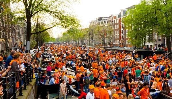Ngày Nữ hoàng (Queen Day's) được tổ chức vào ngày 30/4 hàng năm là lễ hội đường phố lớn nhất Hà Lan. Ảnh: Survivingamsterdam.com