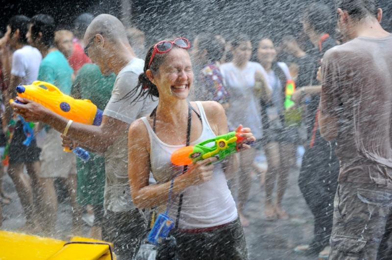 Lễ hội té nước Songkran là một sự kiện chào đón năm mới tại đất nước chùa vàng. Ảnh: alohaguesthouse.wordpress.com
