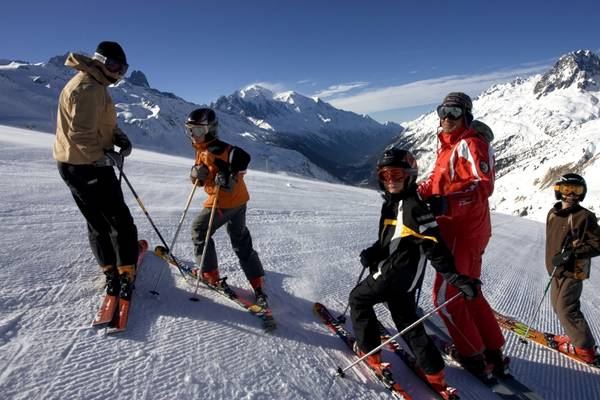 Tháng 4 vẫn là thời điểm lý tưởng cho các tín đồ đam mê trượt tuyết tìm đến ngọn núi Alps hùng vĩ – nơi tuyết trắng bao phủ suốt mùa xuân. Ảnh: zenithholidays.co.uk