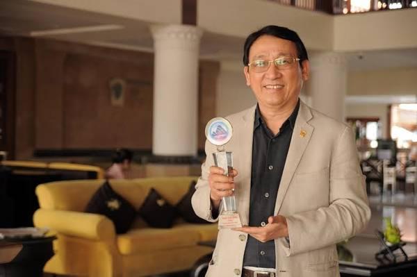 Ông Huỳnh Tấn Vinh - TGĐ Furama Resort Đà Nẵng đón nhận danh hiệu Doanh nhân tiêu biểu TP Đà Nẵng.