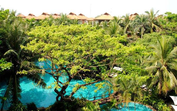 """Furama Resort Đà Nẵng nhận danh hiệu """"Thương hiệu Xanh 2014"""" do Tạp chí Kinh tế và Dự báo trao tặng ngày 27/11/2014."""