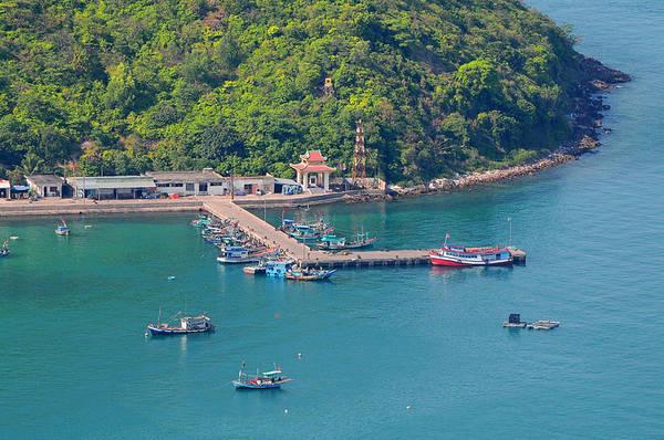 Hòn Ngang có bến cảng êm sóng nhất Nam Du nên thu hút hàng ngàn tàu thuyền, ghe xuồng và những lồng bè nuôi cá.