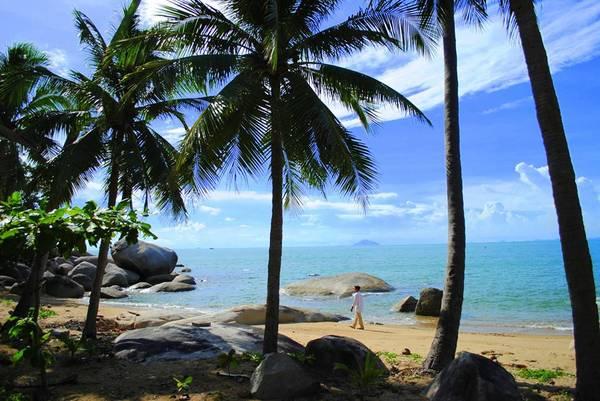 Quanh đảo được bao phủ bằng những rặng dừa xanh ngút ngàn, cảnh sắc êm đềm, thơ mộng.