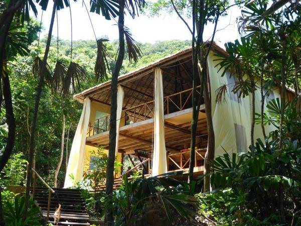 Tất cả bugallow Huba Huba đều xây bằng gỗ, có toilet được trang trí cực kỳ dễ thương, mỗi bugallow đều có cầu thang lên sân thượng ngồi ngắm cảnh lãng mạn như trong phim. Ảnh:hotels55