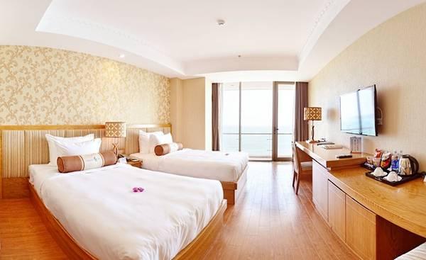Mỗi phòng khách đều có tầm nhìn ra biển, đặc biệt phòng Ocean Premier có ban công riêng hướng ra biển và không gian rộng rãi