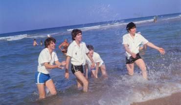 The Beatles vui đùa tại bãi biển Miami năm 1964.