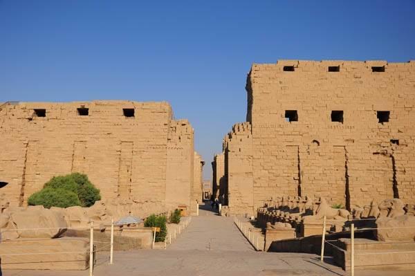 linh-thieng-Karnak -giua-sa-mac-ivivu-3