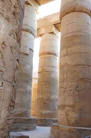 Những cột đá khổng lồ với hình điêu khắc tuyệt đẹp.