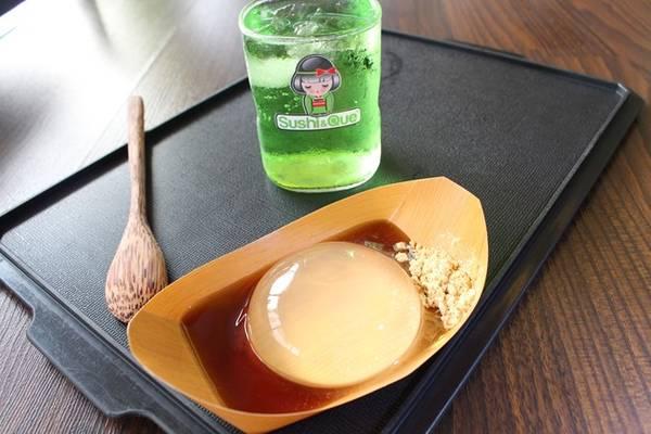 Món tráng miệng độc đáo, trông như một giọt nước lớn xuất hiện ở Nhật từ năm ngoái. Tạo hình khác lạ giúp món bánh chiếm được cảm tình của thực khách xứ hoa anh đào và quốc tế.