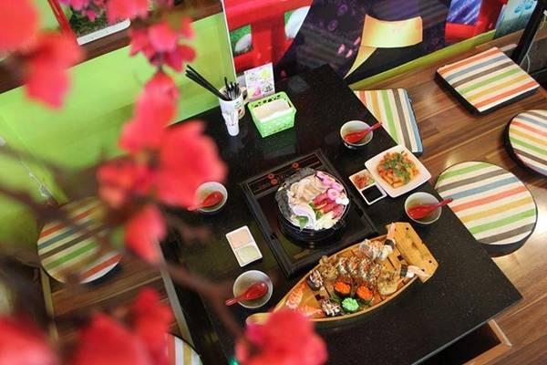 Bạn có thể tìm thấy nhiều món ăn của nền văn hóa này tại đây như sushi, lẩu, mì, kem tuyết, xiên que, bánh xèo...