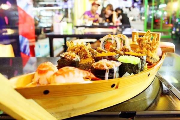 Được yêu thích nhất là các dòng sushi có nguồn gốc từ Canada và Mỹ. Điểm đặc trưng của hai dòng này chính là hoàn toàn không sử dụng nguyên liệu sống, mang đến cảm giác an toàn với những ai không thích món sống.