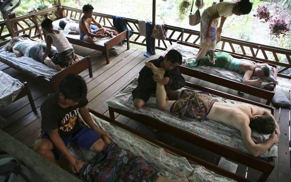 Du khách đang trải nghiệm massage Lào truyền thống.